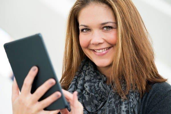 Vrouw op iphone